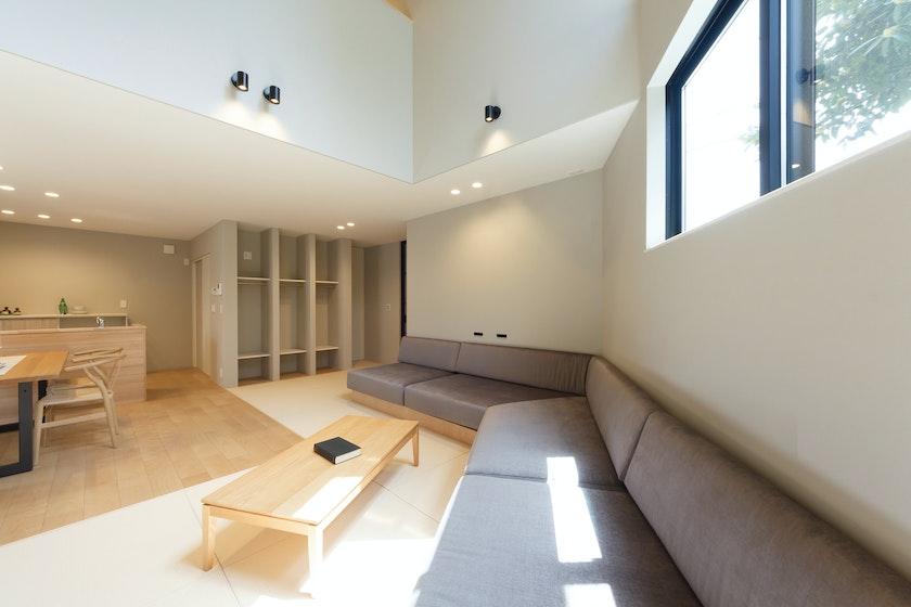 【石川】株式会社 作造_くつろぎを演出する畳リビングと造作のソファ