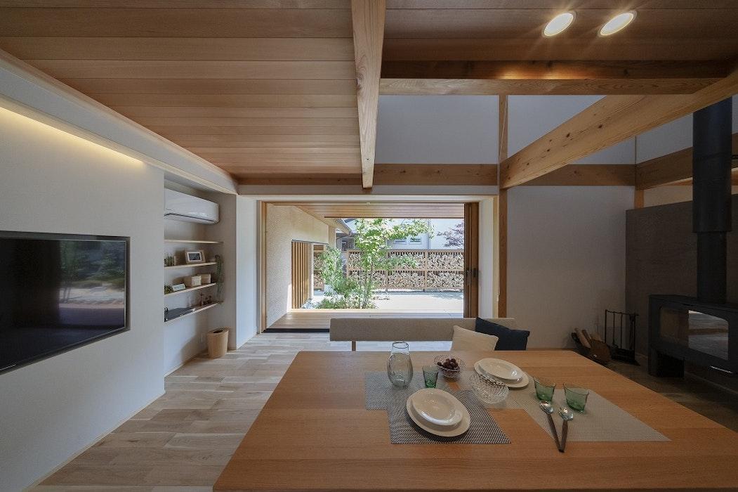 ちょうどいい広さのリビングは、家族が自然と集まる空間。 大きな窓から差し込む光と通り抜ける風、そして自然素材の温もりは抜群の相性です。